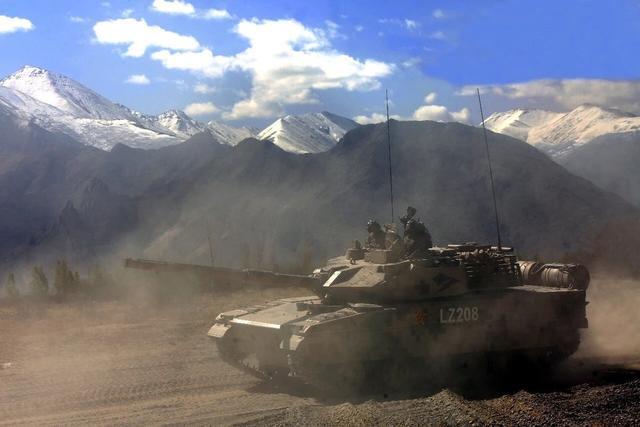 我国15式主战坦克内部如何?信息化程度极高,全球最先进的驾驶舱