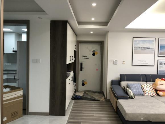 这套新房装得很舒服,阳台漂亮又养眼,95平含智能家居花了30w+