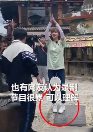 《极挑》录制事多,郭京飞王珞丹坐雕塑踩石碑,周冬雨脚踢古建筑