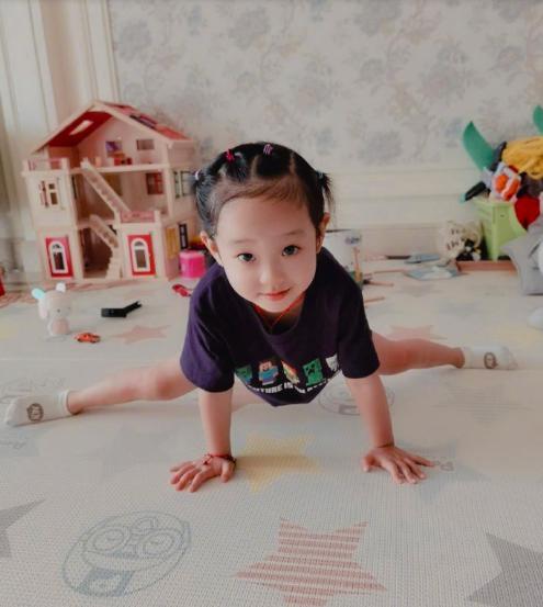 杨威女儿近照曝光!眉清目秀眼睛大,继承父母好基因3岁轻松劈叉