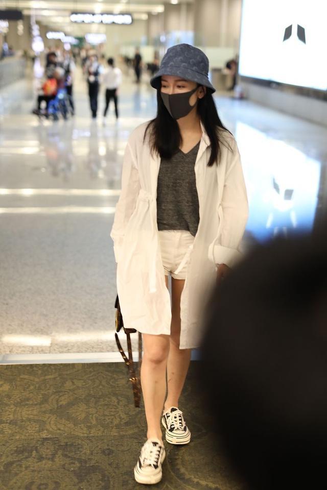 """娄艺潇真敢穿,短裤比安全裤还短2cm,看到这""""超模腿... _腾讯网"""