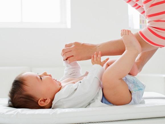 宝宝总紧握小拳头?医生:及时打开新生儿的小拳头,真的很重要!