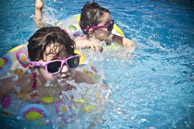 科普:夏日游泳能带上隐形眼镜吗?