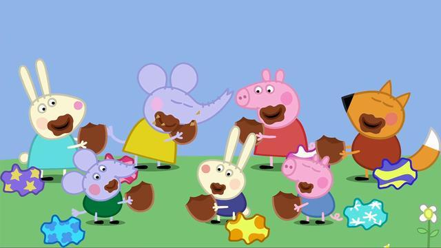 小猪佩奇和朋友们高兴地吃起了猪爷爷的巧克力彩蛋,吃得满嘴都是