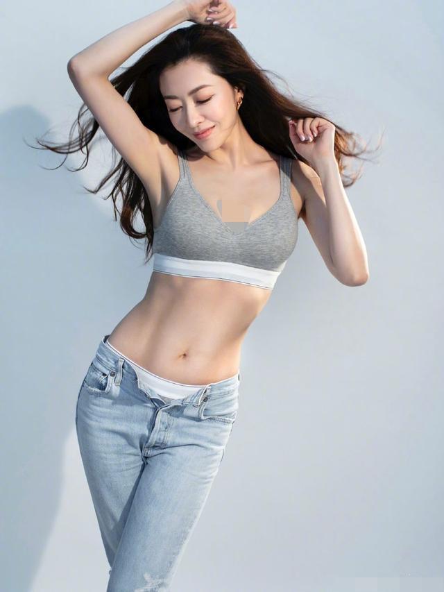 40岁熊黛林晒性感照,丰满白皙如少女,网友:郭富城都要后悔了