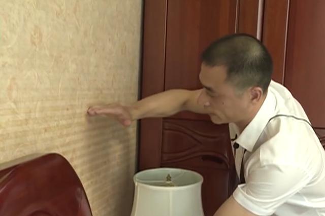 上万元壁布没贴多久现奇怪条纹,店主:找厂商,厂家:谁卖得找谁