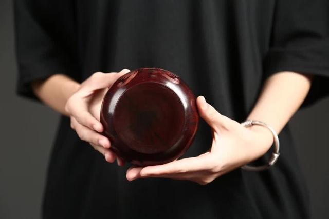 玩友花2万买了根紫檀拆房老料,做成茶叶罐送朋友却被说像骨灰盒