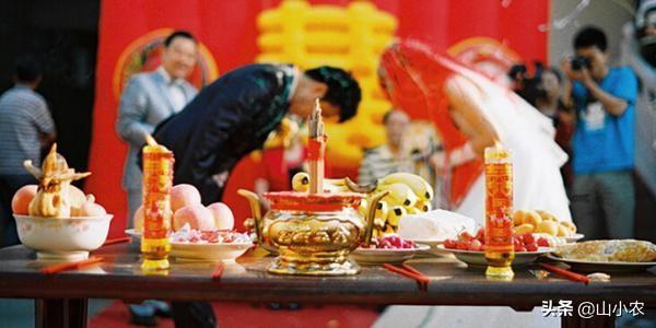 四川农村婚嫁习俗:新娘过路口被挡轿,谢媒人谢猪头