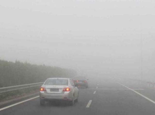 今天上午部分高速公路因大雾封闭,车辆出现较长拥堵,驾车出行务必注意安全