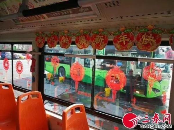 """公交司机给车厢贴""""福""""字挂灯笼 乘客:红红火火... _中国新闻网"""