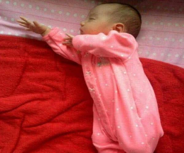 不掀开被子,你永远不知道宝宝睡姿有多妖娆,网友:都是瑜珈高手