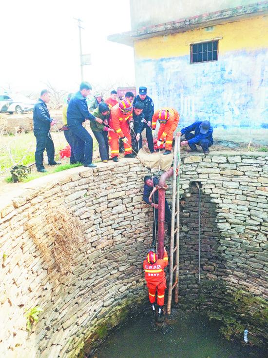 惊险!天门男子掉入30米深井 消防官兵下井救出