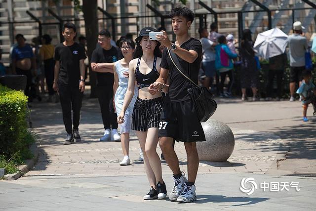 女子穿着清凉走在大街上,路人拍下发到网上后,网... _新浪看点