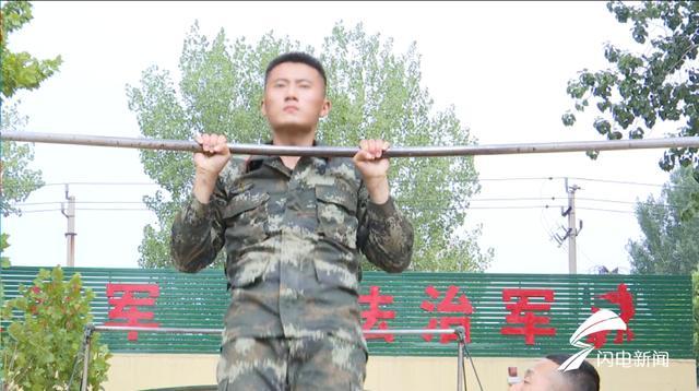 101秒丨正能量!济宁市民游玩不慎落水 武警战士下水救人