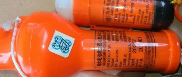 穿救生衣时要注意配置了救生衣灯反光膜的一面穿在什么面发挥求救作用?