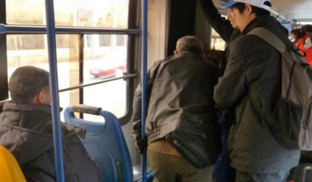 公交车上到底应不应该给老人让座 - 路路给你的世界啊 - 简书