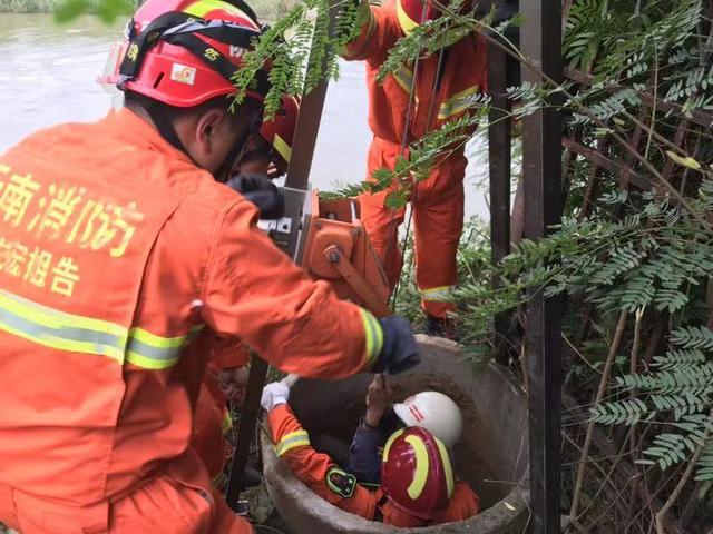 男孩坠入10米深井获救