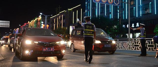 高速交警警车巡逻图片