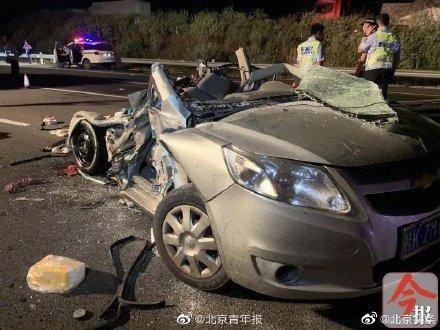 突发!广西柳州高速发生大货车追尾小车 三名成人两幼童遇难