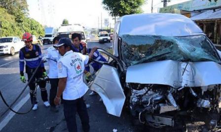 泰国司机普吉接机后开车撞上电线杆,5名中国游客受伤
