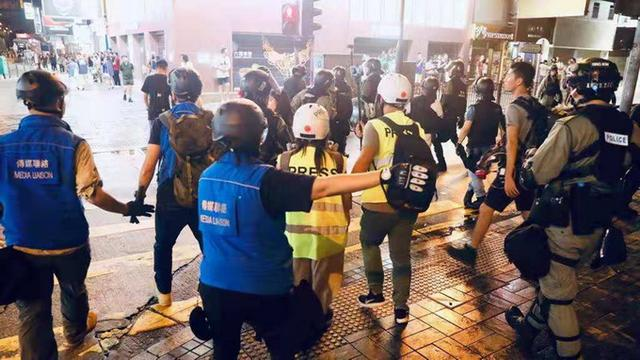 一群香港大学生在金紫荆广场聚集,竟然是为了……