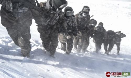 探访西藏边防 海拔6500米站岗巡逻的边防军人