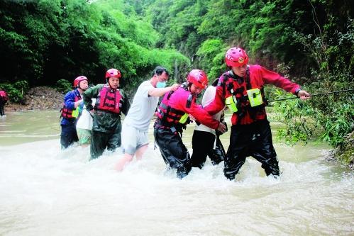 桂林一峡谷突发山洪 4名游客遇难_凤凰视频