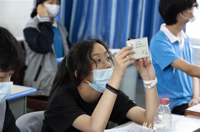 初中女生20天手工制作80张卡片,祝福高三学长学姐