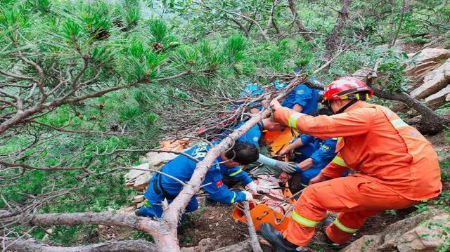 威海市文登区蓝天救援队紧急救援昆嵛山遇险驴友
