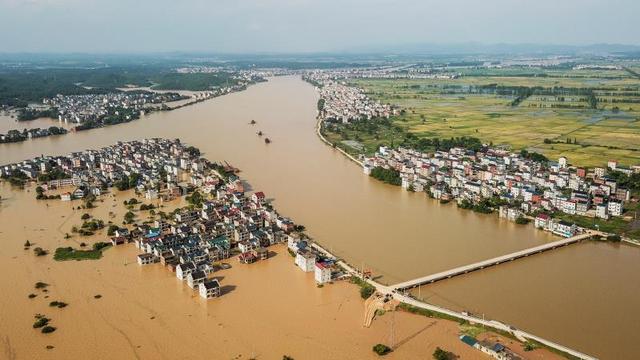 """鄱阳县现209处险情""""人歇机不停""""封堵决堤口"""