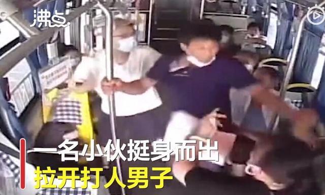 公交司机被锁喉,18岁高考生挺身而出!网友:黑衣大姐也好棒
