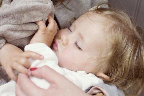 小孩晚上睡觉岀汗,大汗淋漓的怎么回事?别大意,可能与生理有关