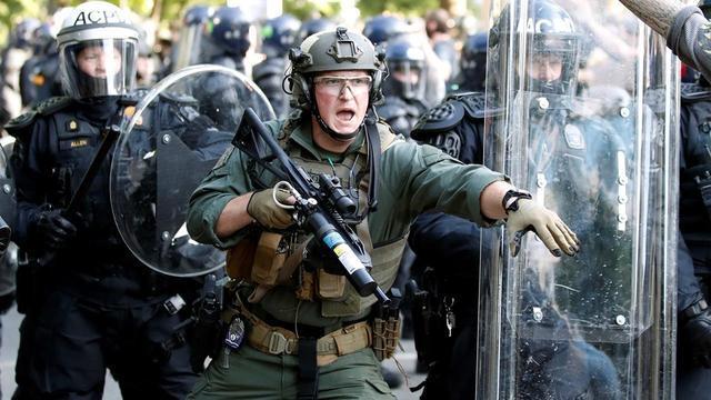 风水轮流转!美国常制裁别人,如今国内骚乱时遇英国断供镇暴工具