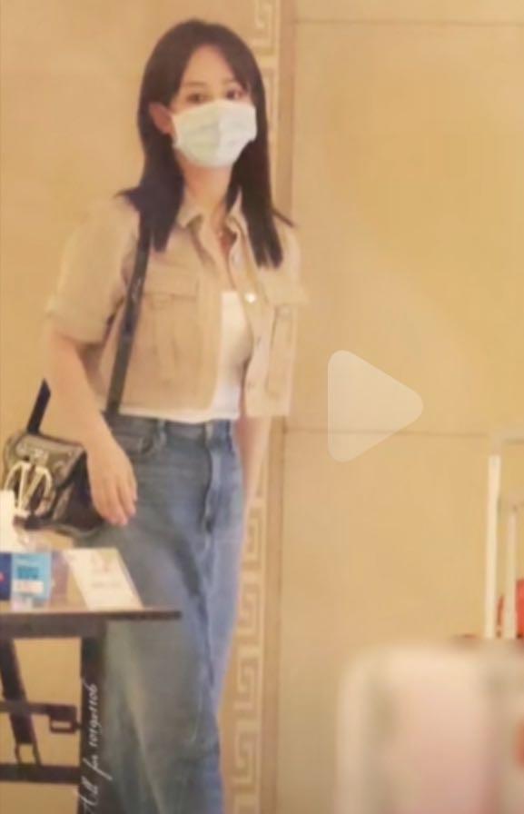 """杨紫甩掉""""肥胖""""标签,穿长裙深夜抵达北京,气质温柔差点认不出"""