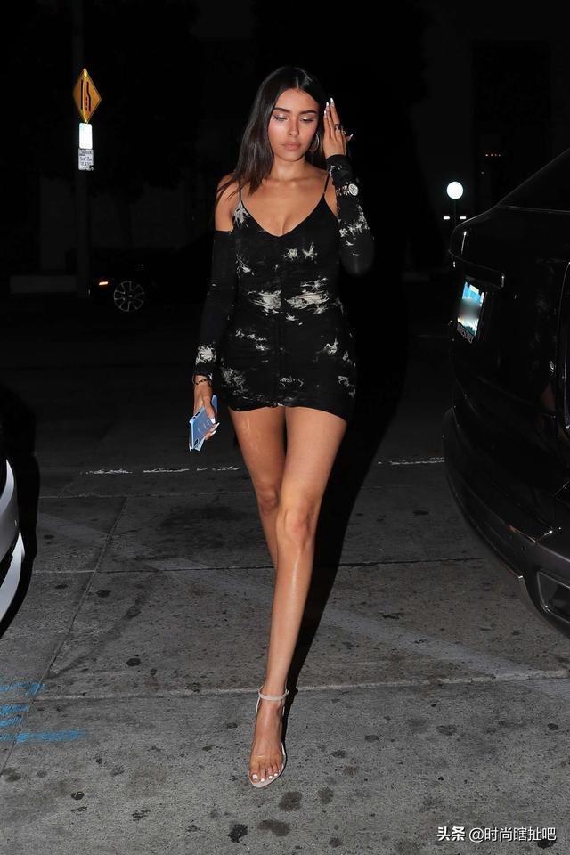 啤酒妹短裙出街身材尽显,大长腿又细又长,满屏都是大长腿