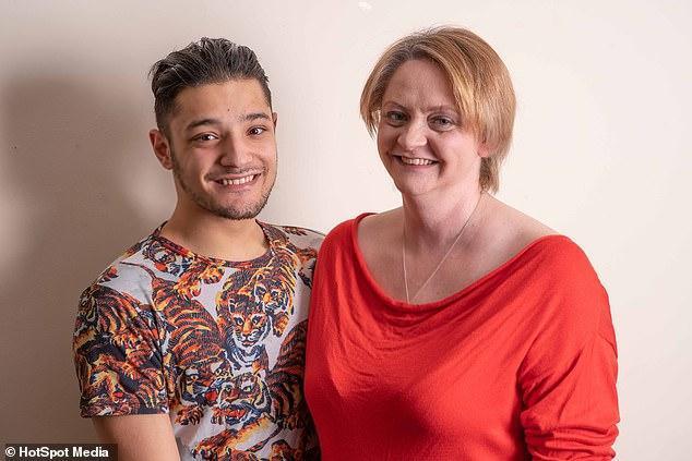 朋友爱上了妈妈?英国一小伙鼓励母亲大胆去爱,尽管两人相差22岁