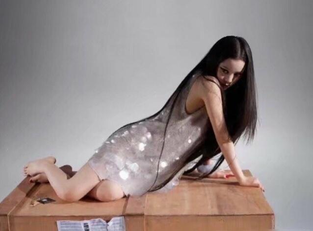20岁的欧阳娜娜穿透视裙拍杂志,凹凸有致的身材,尽显性感妩媚