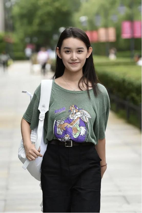 """蒋依依打扮真有""""学生样"""",卡通T恤配帅气工装,尽显少女活力感"""
