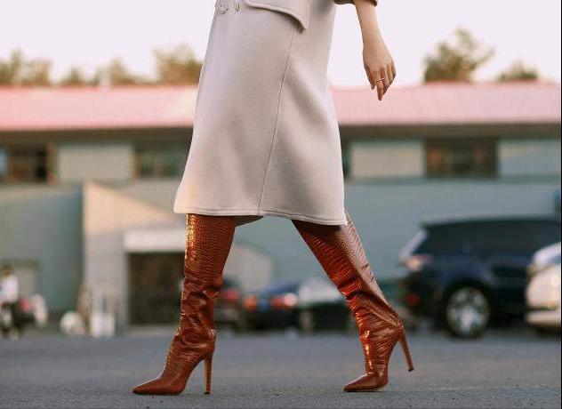 冬季米色靴子搭配图