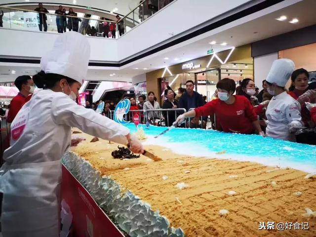 鄭州這家萬達廣場,上千人排隊,為了吃一個10層樓長的蛋糕