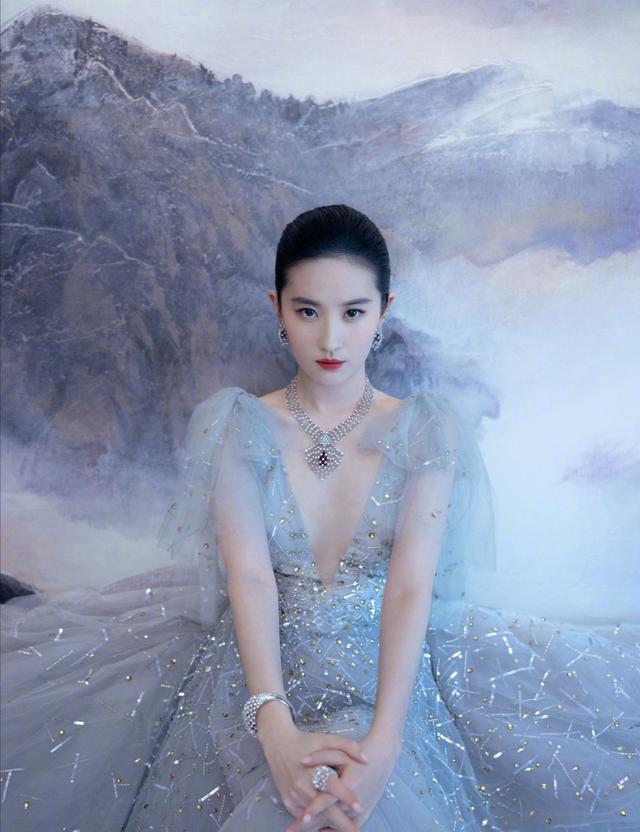 刘亦菲蓝色深v礼服