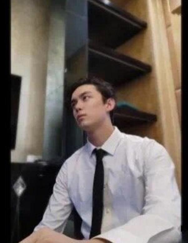 吴磊上网课被截图,西装白衬衫气场十足,网友:像20岁的胡歌
