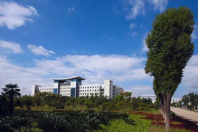 """两人穷游中国,来到了湖北""""鄂州职业大学"""""""