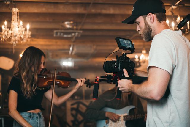 做短视频自媒体赚钱,都需要用什么拍摄器材呢?这几样就够了