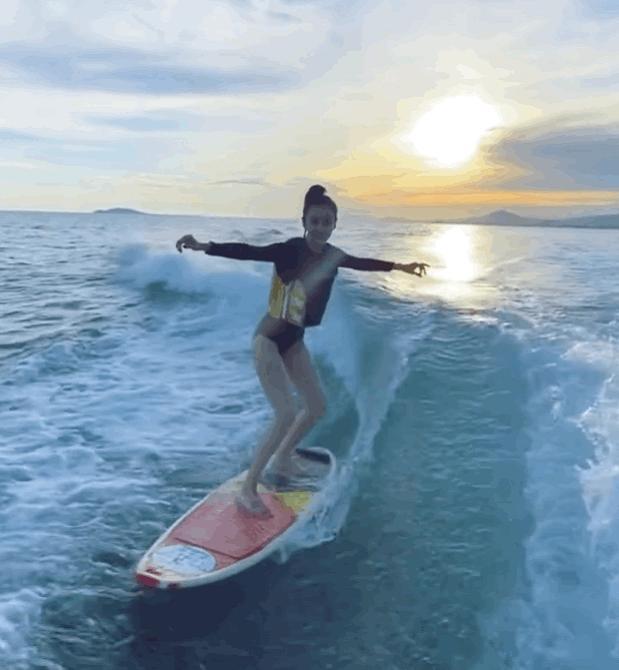 baby海上冲浪,当她放下保险绳,在海面上飘的样子,太美了
