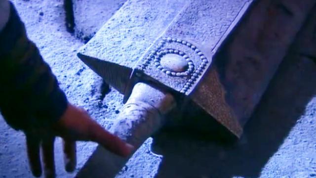 神雕侠侣:杨过被神雕带到剑冢,获得独孤求败生前武器:玄铁重剑