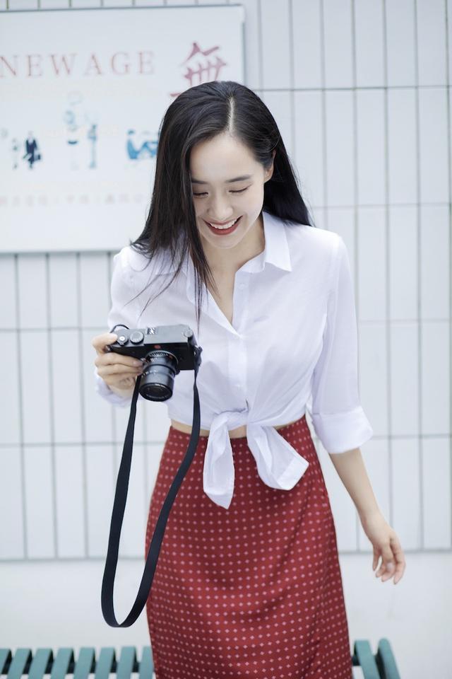 被39岁王智惊艳到了!白衬衫配红裙气质出众,清纯感同龄人中少有