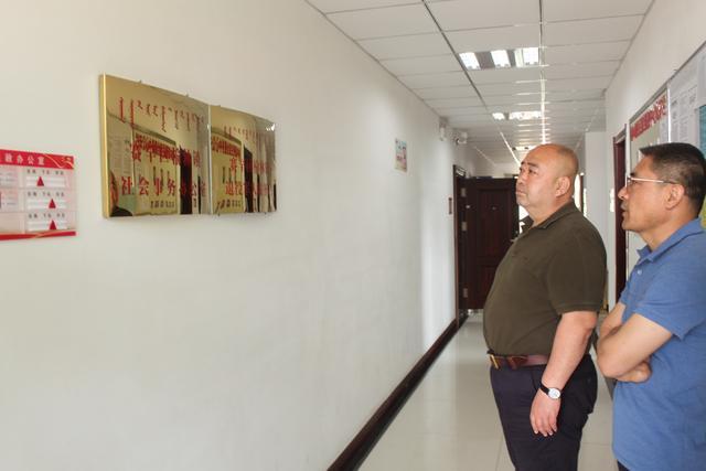 区委编办主任张志强一行到我镇调研机构改革及各职能部门挂牌工作