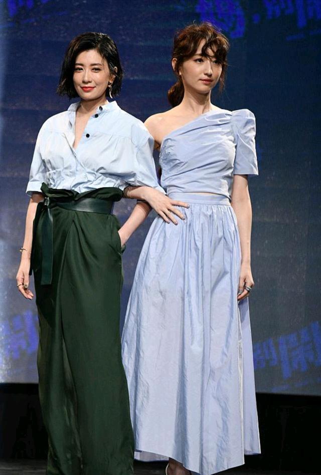 賈靜雯柯佳燕同框,賈靜雯穿襯衫配高腰褲很時髦,氣質不輸柯佳燕