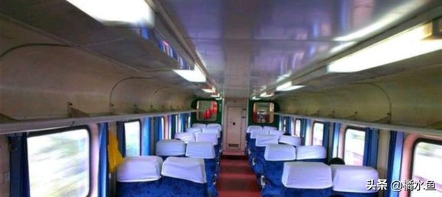 坐在火车窗边的图片